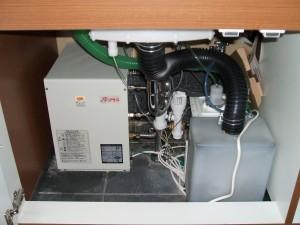 手洗いの下にも温水器等機器が取り付けられている